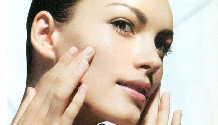 Lúc rửa mặt, có thể dùng máy sấy hơi quét qua để cho lỗ chân lông nở ra sẽ giúp việc rửa mặt được sạch hơn, nhất là với các bạn gái cần rửa sạch những lớp phấn trang điểm.