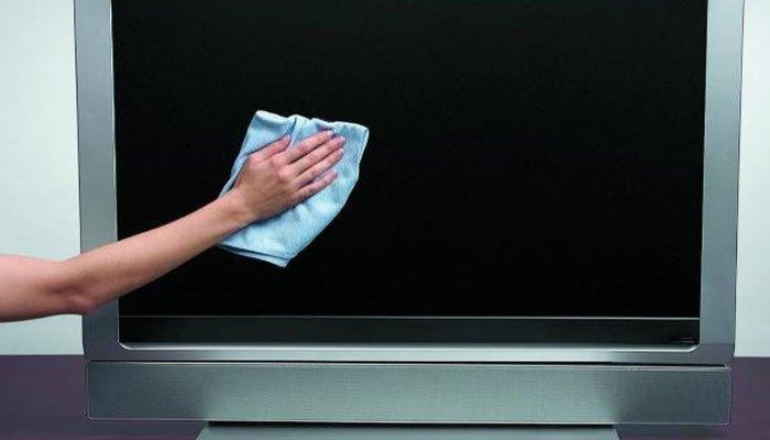 Lau nhẹ nhàng màn hình tivi để tránh trầy xước