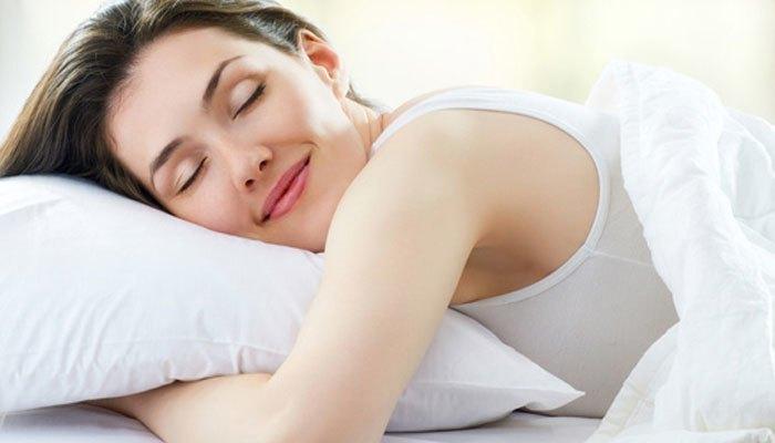 Vừa đắp chăn vừa bật máy lạnh sẽ giúp bạn cảm thấy thư giản và có giấc ngủ chất lượng