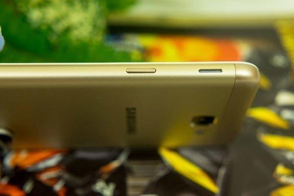 Vị trí của nút nguồn và loa ngoài của điện thoại Galaxy J5 Prime