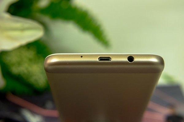 Cận cảnh mặt đáy của điện thoại Galaxy J5 Prime