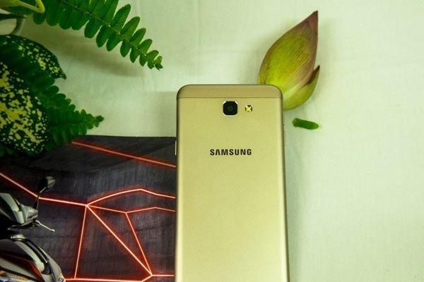 Mặt sau điện thoại Galaxy J5 Prime cho cảm giác sang trọng, chắc tay khi cầm