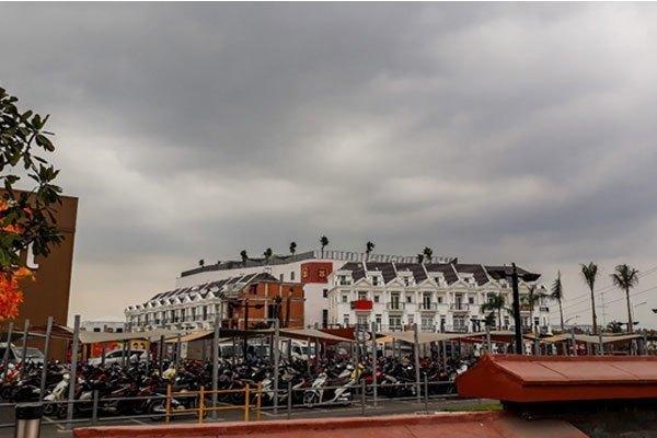 Bức ảnh được chụp từ điện thoại Galaxy J5 Prime khi trời âm u nhiều mây khởi đầu của một cơn mưa