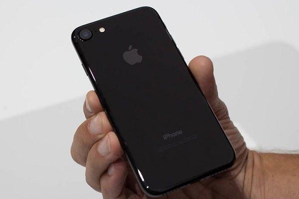Nếu bạn là người thích nổi bật hay chọn ngay iPhone đen bóng