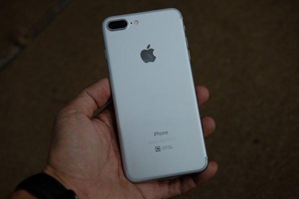 Điện thoại iPhone màu bạc đơn giản, sang trọng
