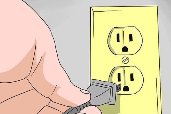 Bạn cắm phích điện vào ổ sau khi đã lắp ráp xong, kiểm tra xem quạt đã chạy êm và cho làn gió mát mẻ hay chưa?
