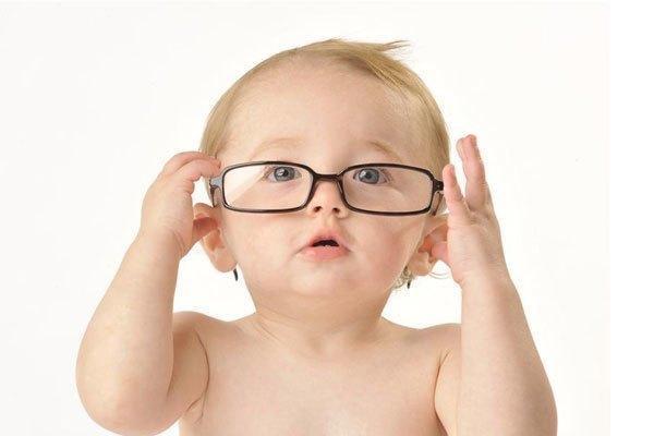 """Trẻ có nguy cơ phải dính với cặp kính cận chỉ vì mẹ """"chăm'' chụp ảnh bằng điện thoại"""