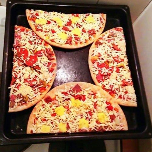 Cắt đôi Pizza ra để nướng bánh nhanh hơn