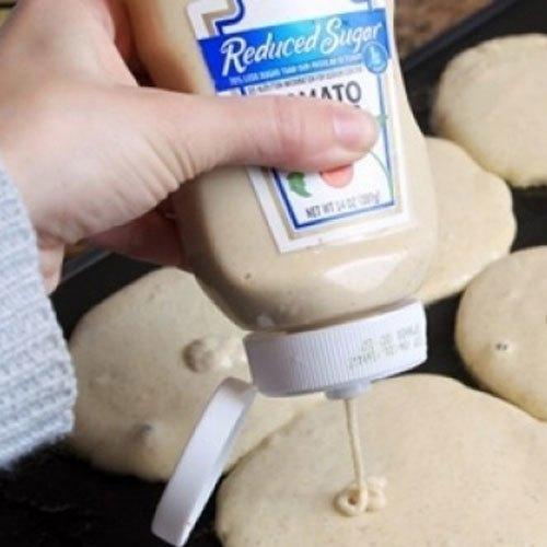 Một chai nước sốt cà chua rỗng đã được rửa kỹ lưỡng là vật dụng tuyệt vời để chứa bột làm bánh.