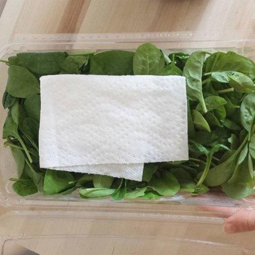 Tận dụng khăn giấy đển giữ độ tươi của rau