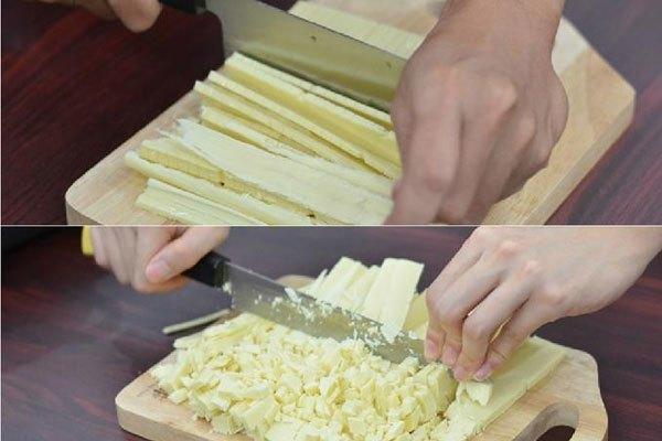 Để bắt đầu, chúng ta sẽ cắt chocolate và bơ thật nhỏ vụn. Lưu ý là nên cắt càng nhỏ càng tốt nhé!