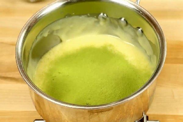 Rây trà xanh vào nồi, trộn đều với phần chocolate. Bạn cần rây trà xanh nhiều lần cho nhuyễn trước khi rây trực tiếp vào nồi.