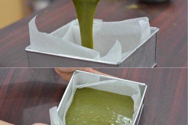 Lót giấy nến vào khuôn rồi đổ chocolate từ nồi vào, sao cho đều và đập đập khuôn để tránh bị bọt khí. Đặt khuôn chocolate vào ngăn đá tủ lạnh khoảng 5 tiếng cho cứng lại.