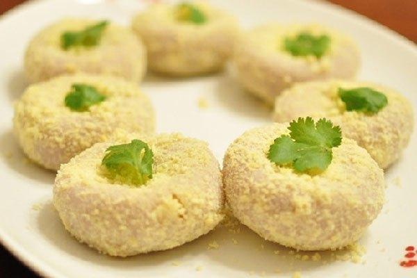 Bánh chín lăn qua lớp đậu xanh