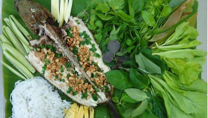 Cá lóc nướng ăn kèm với rau sống và bánh tráng thì không còn gì bằng