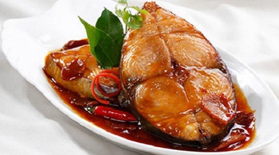 Món cá kho làm từ lò vi sóng được thấm gia vị nhanh chóng