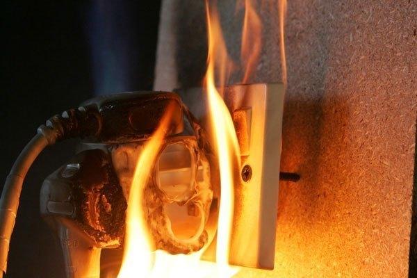 Nên ngắt điện và dùng bình cứu hỏa thay vì tạt nước vào đồ gia dụng đang bốc cháy
