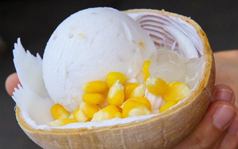 Bạn có thể đặt kem trong trái dừa khô để tạo sự bắt mắt