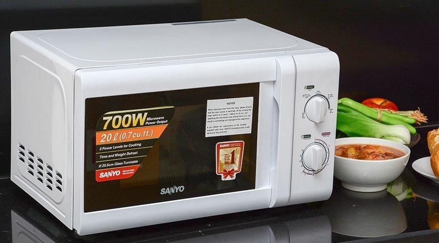 Lò vi sóng giúp việc bếp núc nhanh chóng, tiện lợi nên rất được lòng các bà nội trợ hiện đại