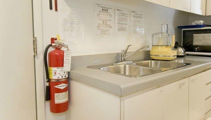 Cho bé sử dụng bếp gas, hãy chuẩn bị thêm một bình cứu hỏa ngay trong bếp để đền phòng sự cố