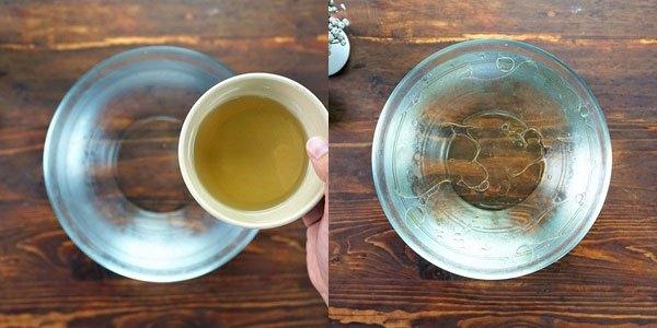 Cho vào tô nước đá một ít dầu ăn (bạn nên sử dụng nước đá loãng). Quan trọng là có được phần tách lớp dầu ăn và nước đá để có thể tạo hình viên tròn cho trân châu.