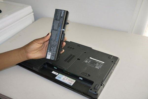 Tháo pin máy tính xách tay khi sử dụng sẽ hạn chế chai nhưng gây nhiều hệ lụy về nguồn điện