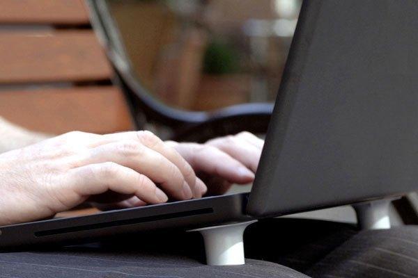 Sử dụng đế tản nhiệt để giúp pin laptop luôn ở trạng thái mát