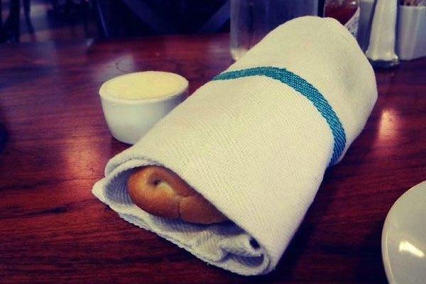 Thức ăn sẽ giữ lại được độ ẩm khi hâm bằng lò vi sóng chỉ nhờ một chiếc khăn
