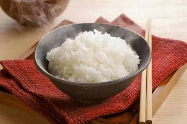 Cơm sẽ mềm và dẻo hơn khi hâm trong lò vi sóng với vài giọt nước nhỏ lên trên cơm