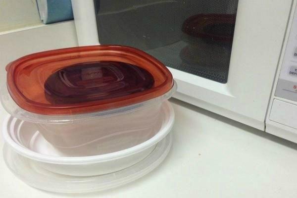 Nên sử dụng hộp nhựa để đựng thức ăn đưa vào lò vi sóng