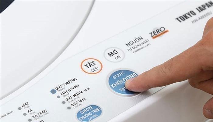 """Bấm nút """"khởi động/tạm dừng"""" khi máy giặt đang giặt."""