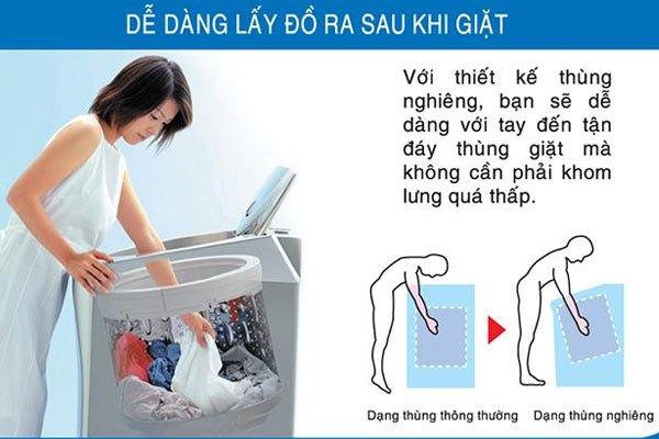 Việc lấy đồ nhanh chóng hơn nhờ lồng giặt nghiêng của máy giặt Aqua
