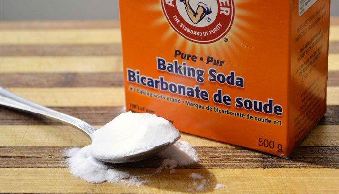 Giặt tay bằng Baking Soda trước khi cho vào máy giặt sẽ giúp đánh bay vết bẩn ở những vị trí khó giặt