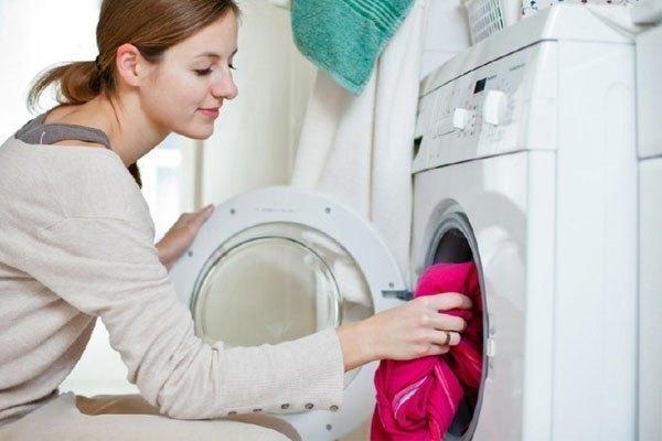 Cho lượng quần áo thích hợp vào máy giặt