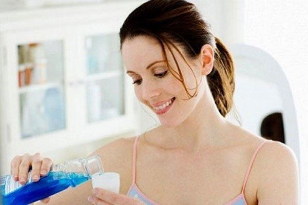 Nước súc miệng giúp tẩy dầu mỡ trước khi giặt bằng máy giặt