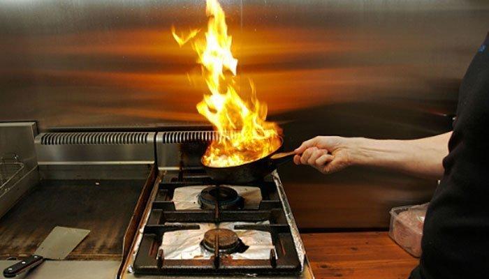 Nguy cơ cháy nổ cao khi dùng máy lạnh trong nhà bếp không đúng cách