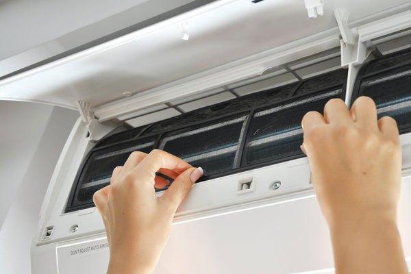 Dùng tay để kiểm tra các bộ phận bên trong máy lạnh