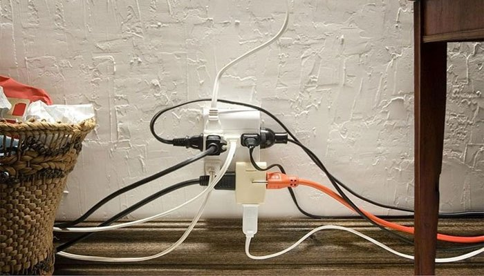Cắm nhiều thiết bị chung với nguồn điện điều hòa sẽ khiến nó quá tải