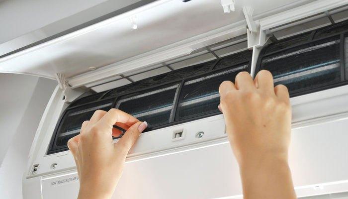 Vệ sinh bụi bẩn bên trong bộ phận lọc khí thường xuyên để máy lạnh hoạt động hiệu quả và tiết kiệm điện