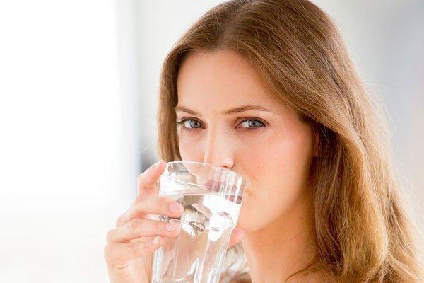 Uống nhiều nước để tránh bị khô da trong phòng lạnh