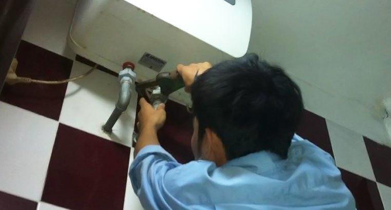 Máy nước nóng rò rỉ điện, làm sao để được an toàn?