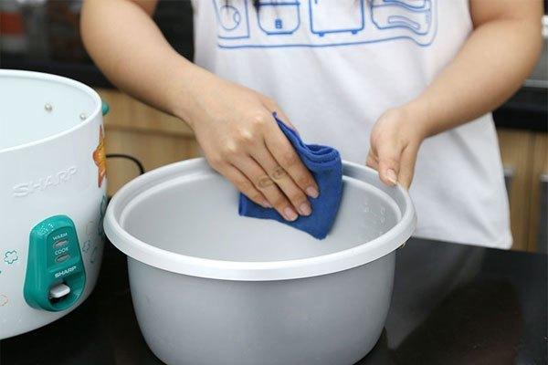 Lòng nồi cơm điện cần được rửa sạch và hong khô