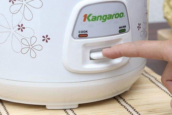 Sau khi cho dầu ăn và bơ vào nồi thì chuyển nồi cơm điện sang chế độ Cook