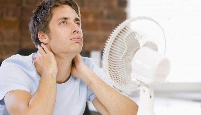 Để quạt điện hướng thẳng vào người dễ gây ra sốc nhiệt