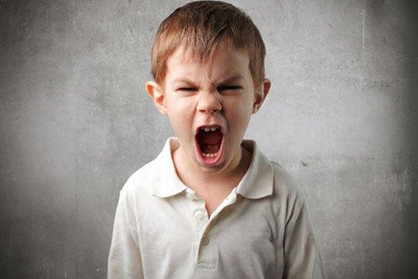 Trẻ xem tivi thường xuyên sẽ dễ trầm cảm và cáu kỉnh với mọi thứ xung quanh mình