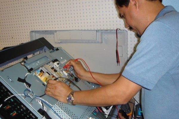 Liên hệ thợ sửa tivi khi phát hiện các linh kiện bên trong bị hỏng