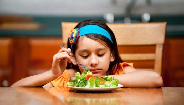 Tivi khiến việc ăn uống bị xao nhãng, dễ dẫn đến chứng biếng ăn