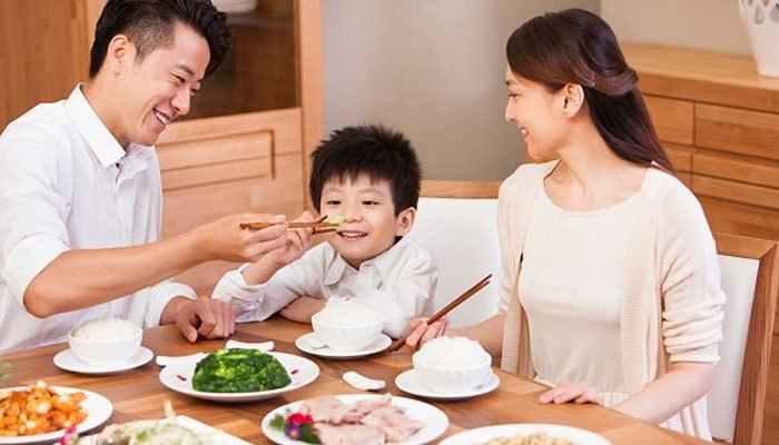 Cả nhà nên trò chuyện với nhau khi ăn thay vì bật tivi và dán mắt vào đó