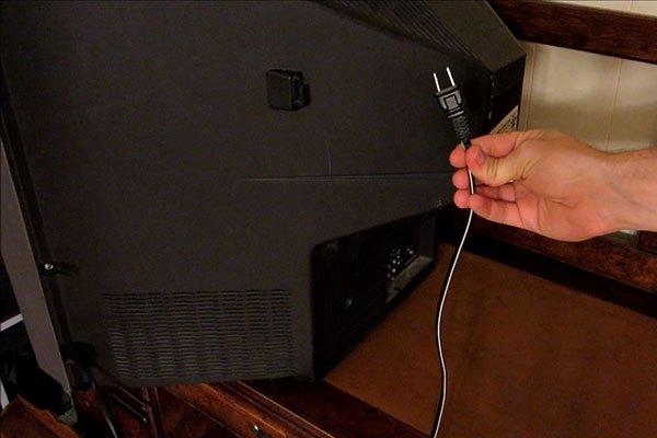 """Việc rút điện thường xuyên sẽ khiến tivi nhà bạn """"đội nón ra đi"""" sớm"""