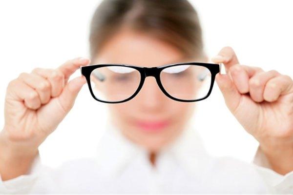 Màn hình tivi quá sáng sẽ khiến thị lực của bạn suy giảm, đặc biệt là gây nên cận thị ở trẻ nhỏ